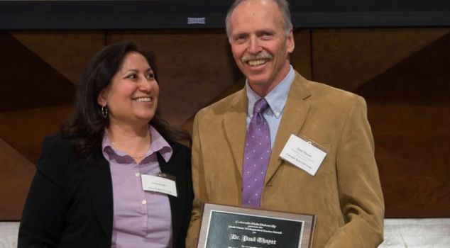 Chair Tonja Rosales presents Paul Thayer with the 2014 Multiethnic Faculty and Staff Distinguished Service Award